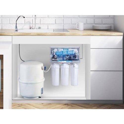 Φίλτρο νερού κάτω πάγκου σε κουζίνα